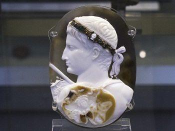 Roman artwork depicted by Blacas Cameo